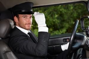 Chauffeur privé en costume et gants blancs